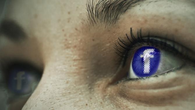 Frauengesicht mit facebook-Logo