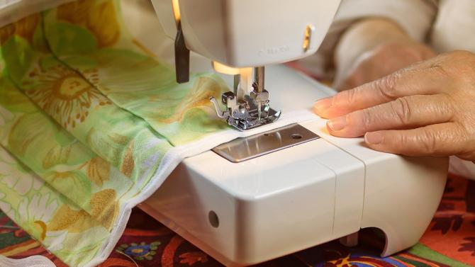 Textil-Mundschutz, Nähmaschine, Hände